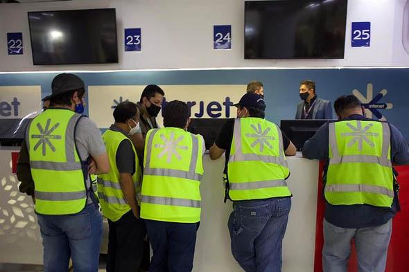 Acusan empleados desinterés de Interjet por negociar