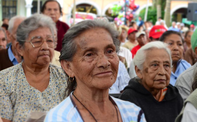 Adultos mayores a la espera de pensiones