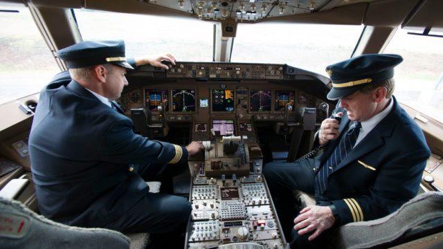 Afina tijera United Airlines para recortar a 2,850 pilotos
