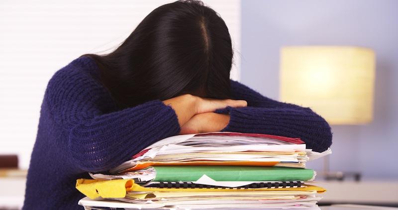 Alerta STPS de adicciones a causa de estrés laboral