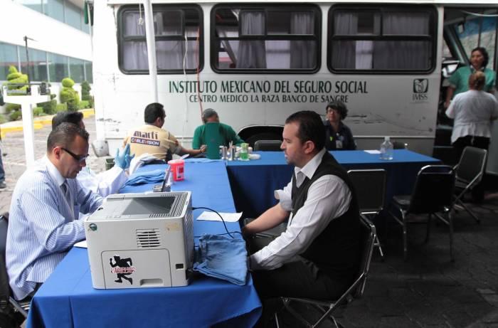 Alza salarial evita huelga en el IMSS