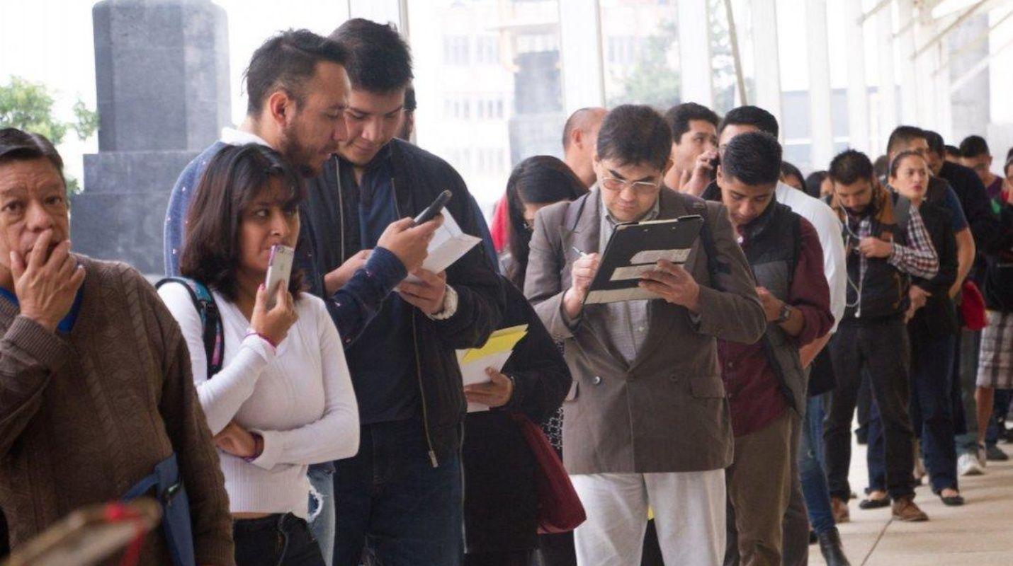 AMLO entrega primeras becas de 3,600 a jóvenes
