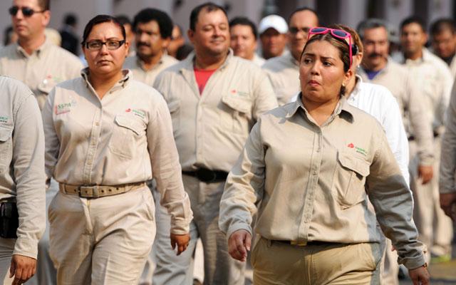 AMLO tomaría el control de Pemex... contrataciones   y salarios en sus manos