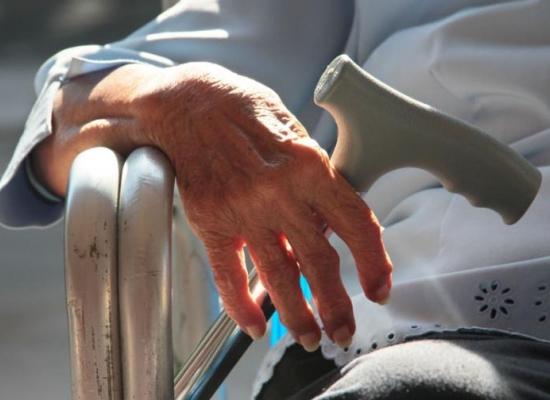 Ancianos reciben tratamientos innecesarios al final de la vida