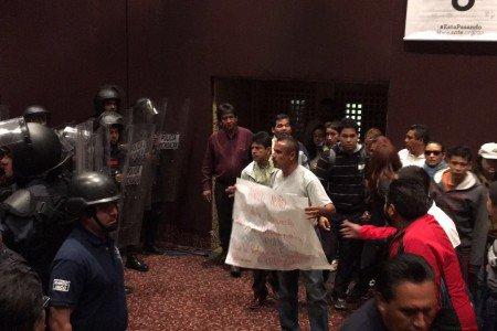 Arma CNTE alboroto en evento de la SEP