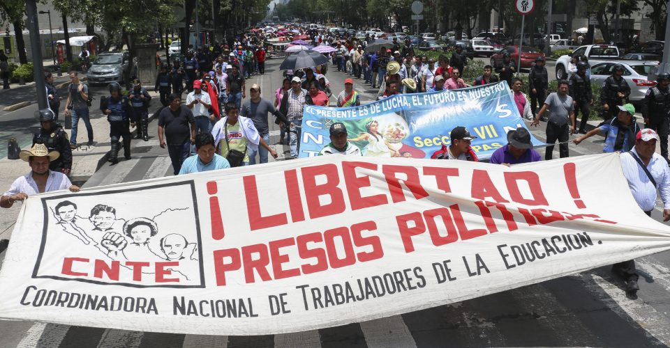 Bloquea la CNTE 22 ejes carreteros en Michoacán