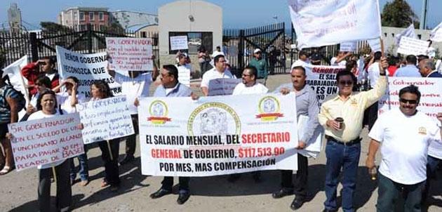 Burócratas exigen salario y aguinaldo