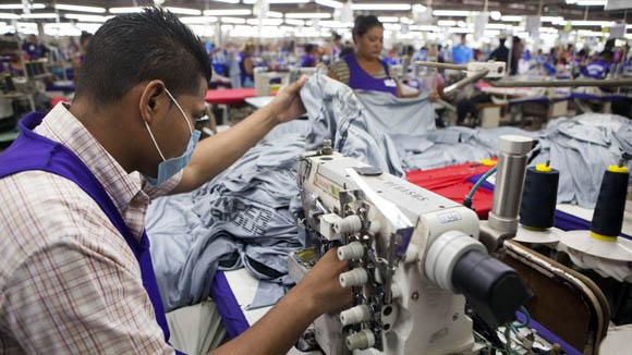 Cae empleo manufacturero en mayo; aumentan horas trabajadas