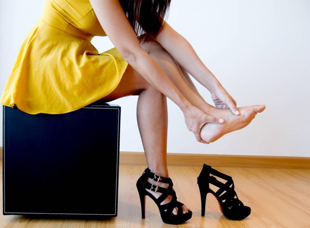 Calzado con tacones causa graves