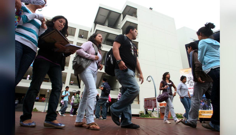 Casi 50% de los recién egresados en México no gana más de 8 mil al mes