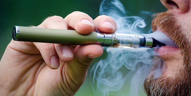 Cigarro electrónico conduce a jóvenes a empezar a fumar
