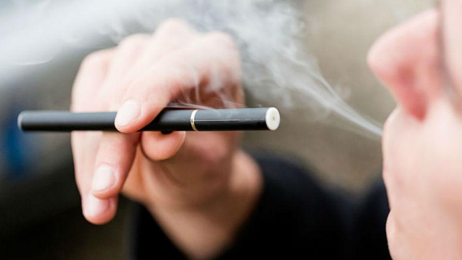 Cigarros electrónicos reducen enfermedades graves en fumadores