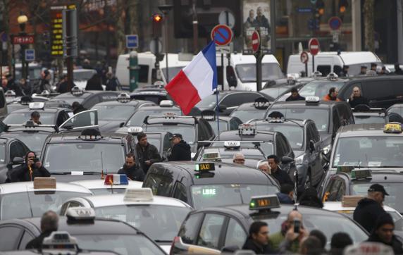 Complican huelgas transporte en Francia