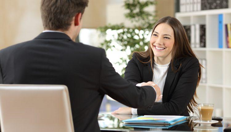 Comunicación verbal, principal habilidad para conseguir empleo entre egresados