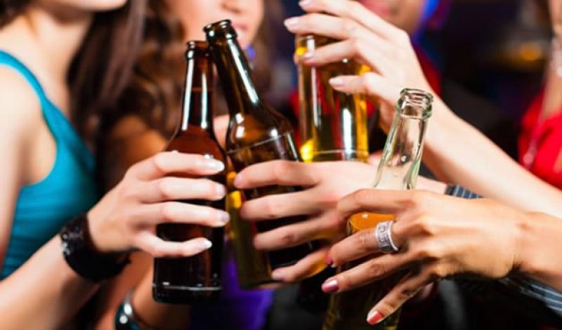 Consumo de alcohol en mujeres iguala al de los hombres