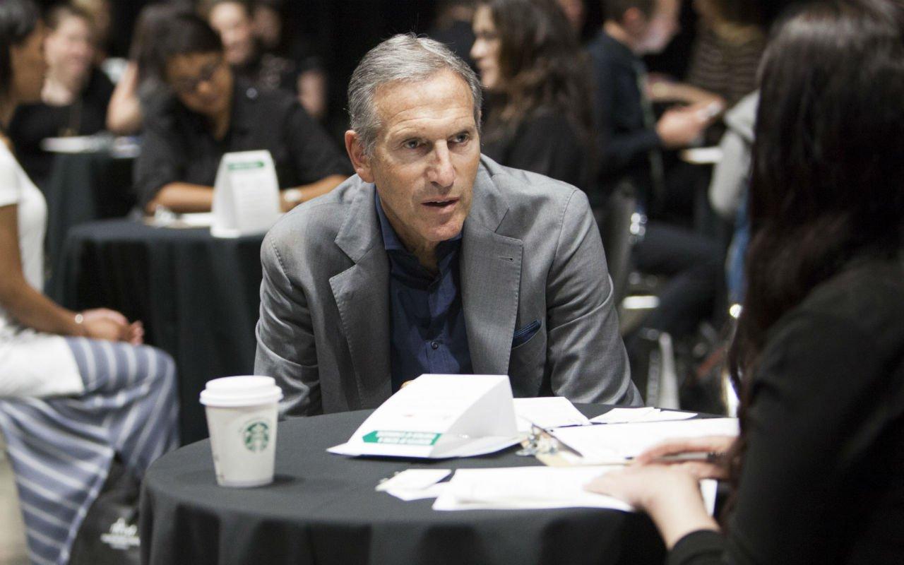 Contrataremos 10,000 refugiados: CEO de Starbucks