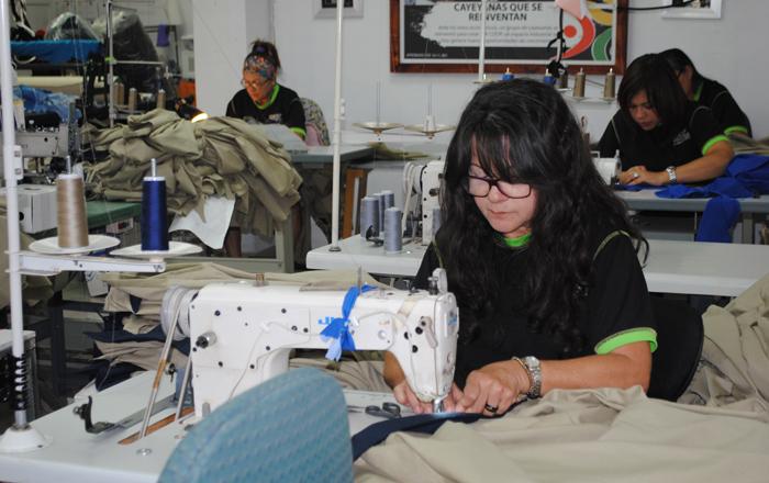 Costureras explotadas con largas jornadas y bajos salarios