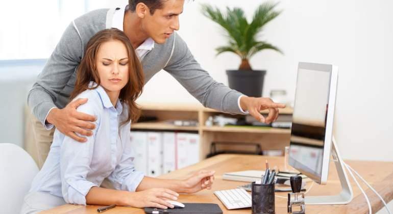 ¿Cuándo es normal y cuándo es acoso el contacto en el trabajo?