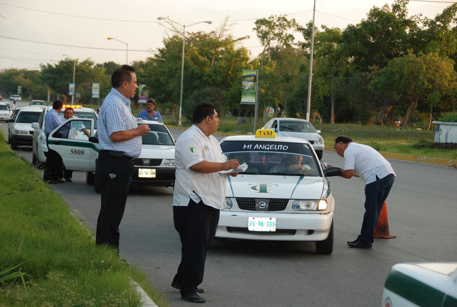 Denuncia gremio de taxis clonación de unidades