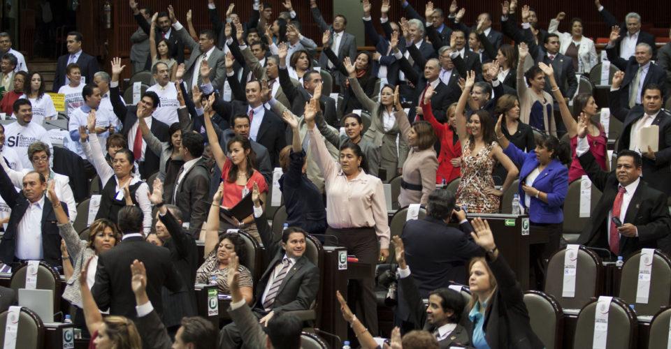 Diputados aprueban tope de salarios para funcionarios