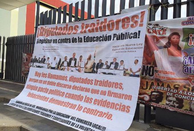 Disidentes de la CNTE bloquean Congreso