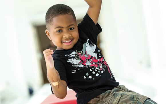 """El primer trasplante de manos de un niño es un """"éxito"""""""