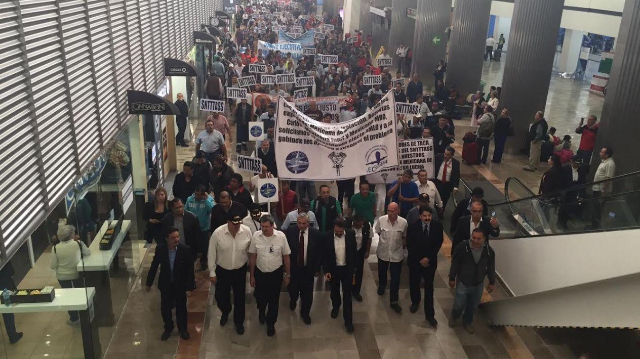 Empleados de Mexicana exigen que AMLO les dé solución
