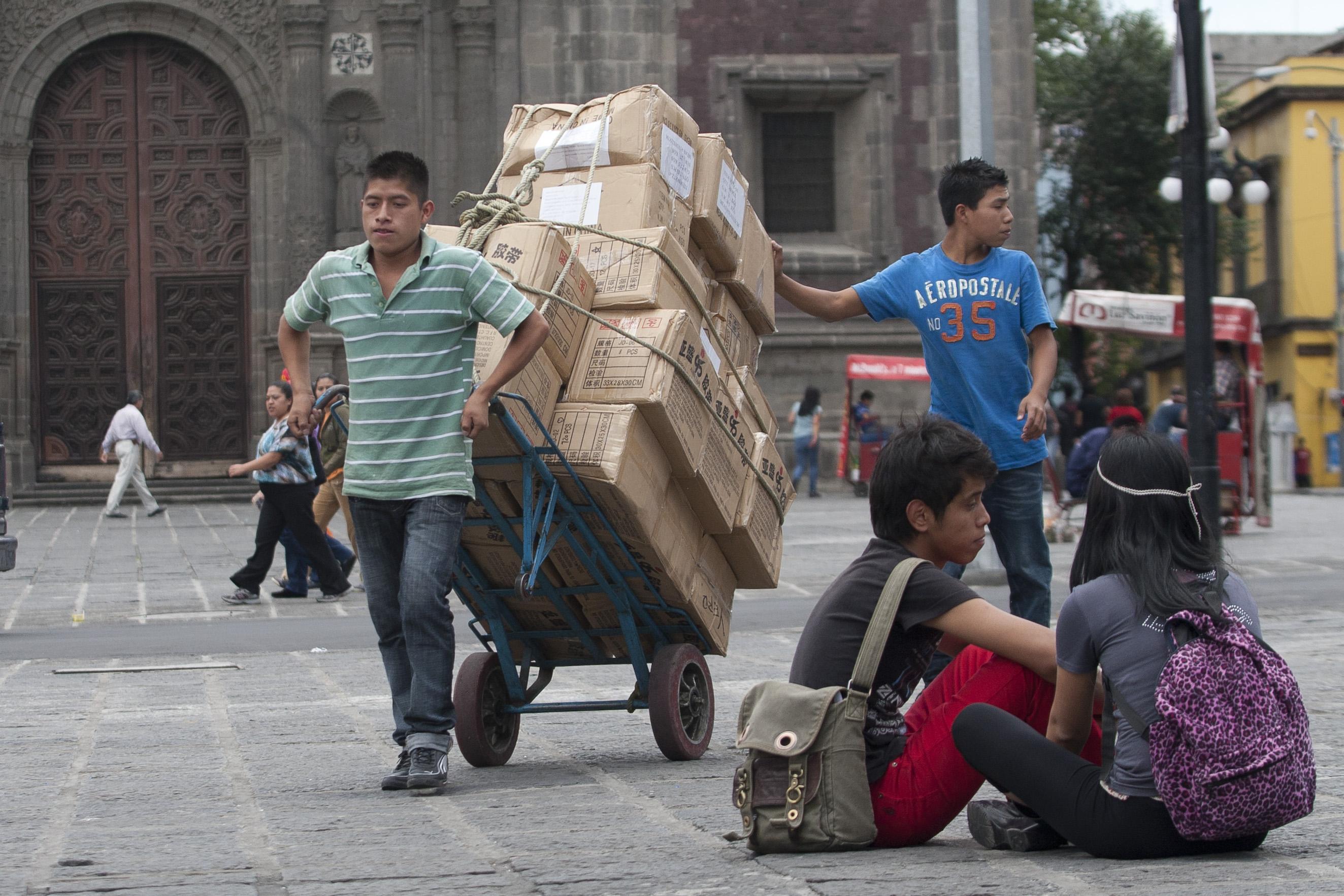 Empleo informal, el lastre de la productividad en México: Moody's