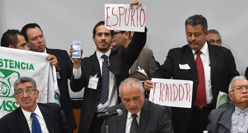 Empuja Diputado del PES  acto porril en audiencia pública