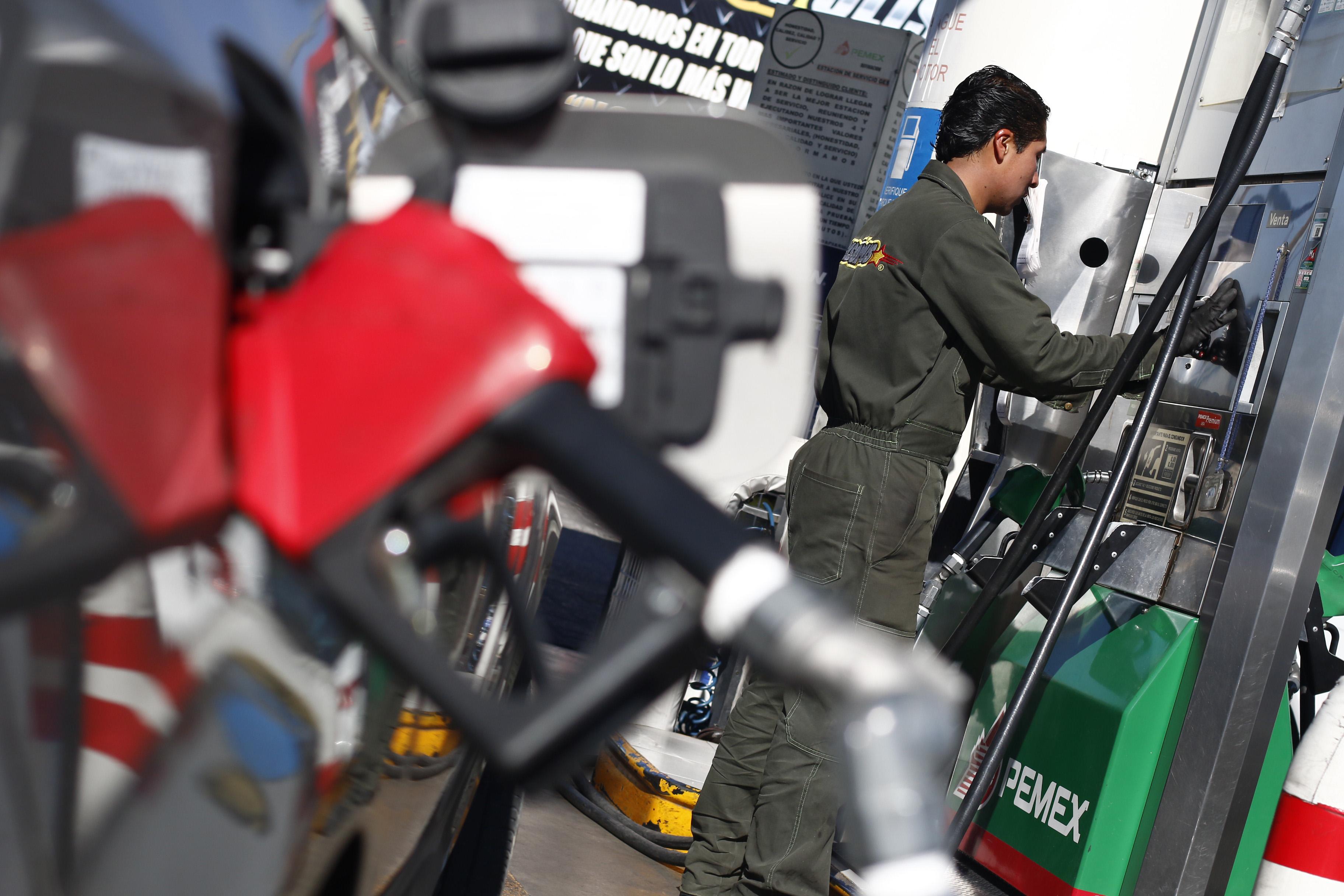 En indefensión laboral, miles de empleados de gasolinerías