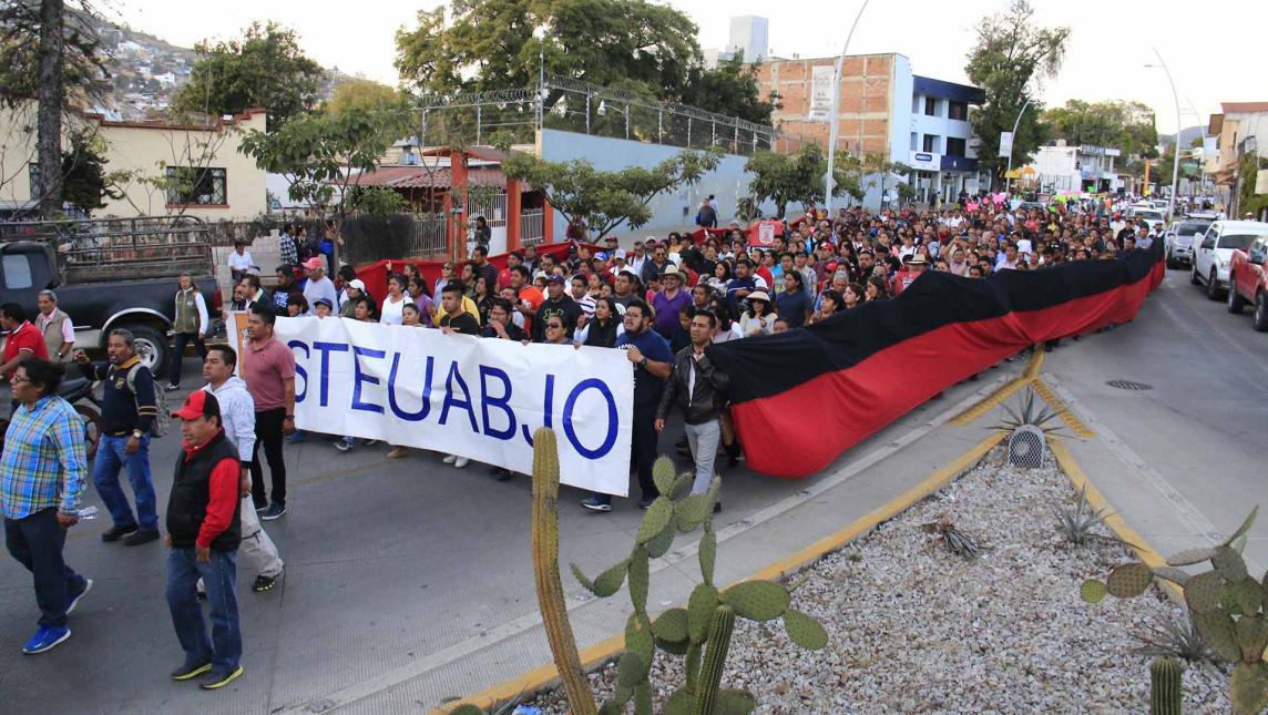 Enarbolan banderas de huelga en la UABJO
