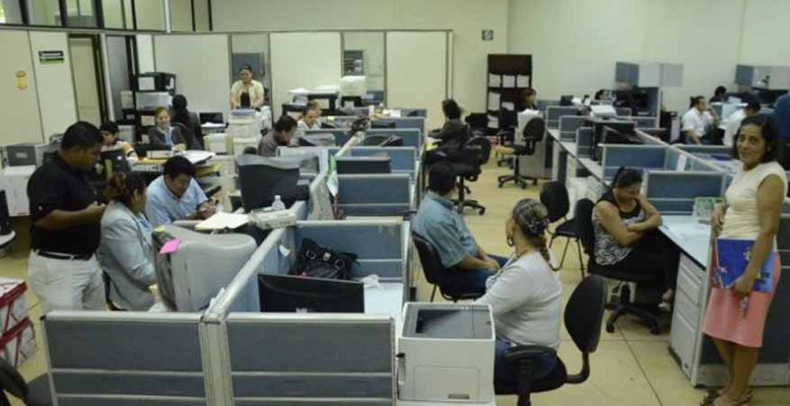 Entre despidos y recortes, burócratas van por 7.5% de alza salarial