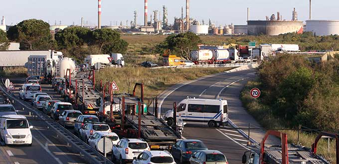 Estallan huelgas en refinerías de Francia