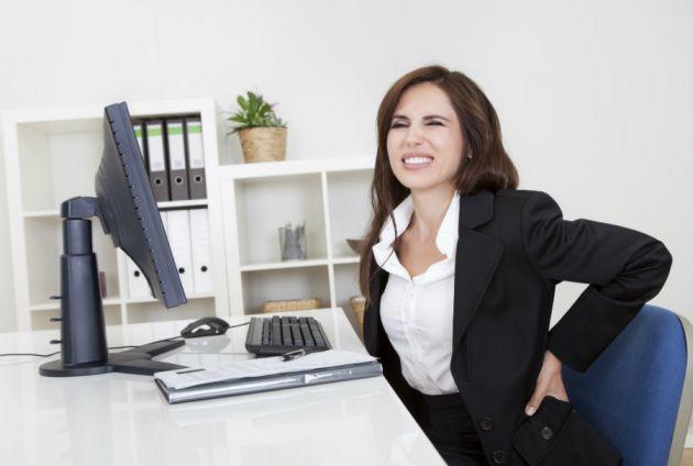 Estos son los riesgos por estar sentado más de 8 horas en el trabajo