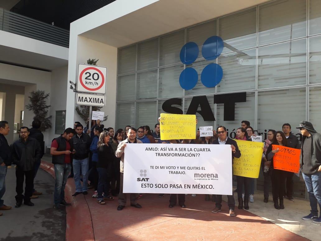 Ex trabajadores del SAT exigen reinstalación en sus empleos