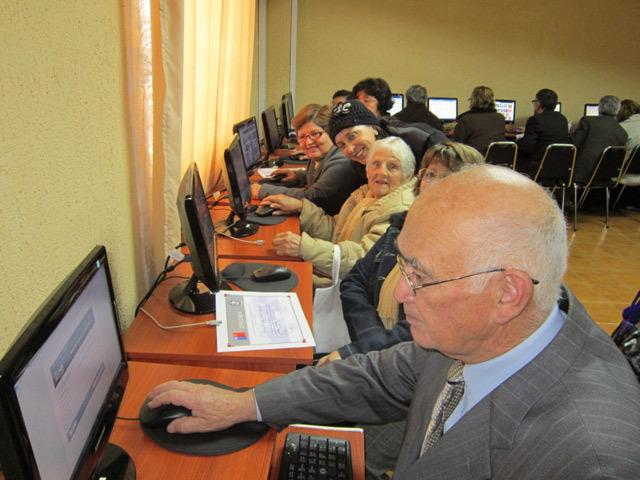 Garantizan a adultos mayores accesibilidad a tecnologías