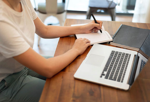 Home office expone brechas del mercado laboral y beneficia a los que más ganan