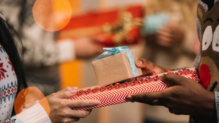 La etiqueta del intercambio de regalos en la oficina