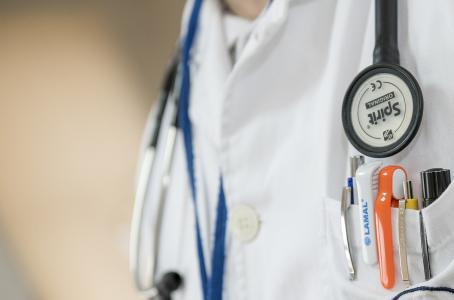 Las doctoras reportan ganar menos que los varones