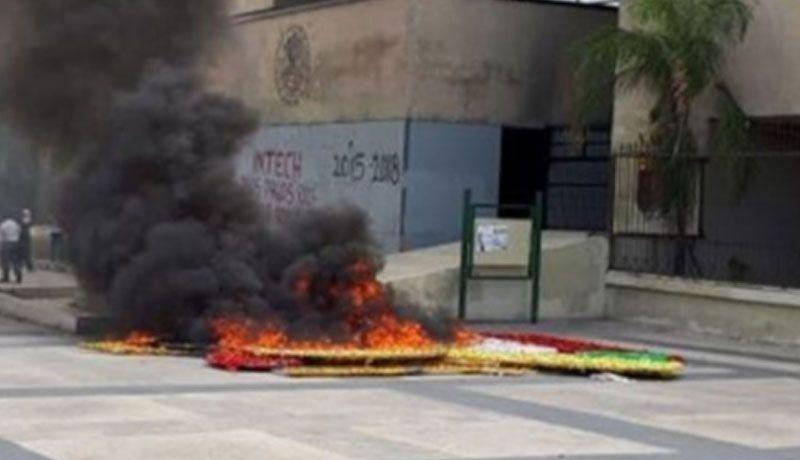 Maestros reclaman pago de salarios e intentan quemar autos en Chiapas