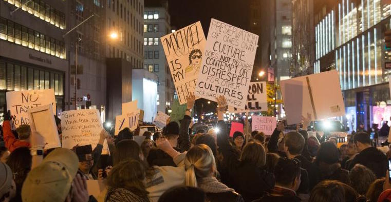 Marchan por inmigrantes 15 mil frente a torres Trump