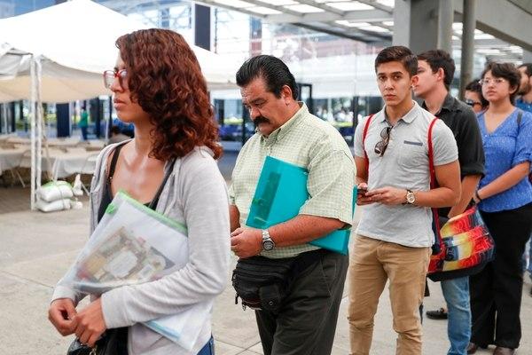 Mexicanos buscan un segundo empleo