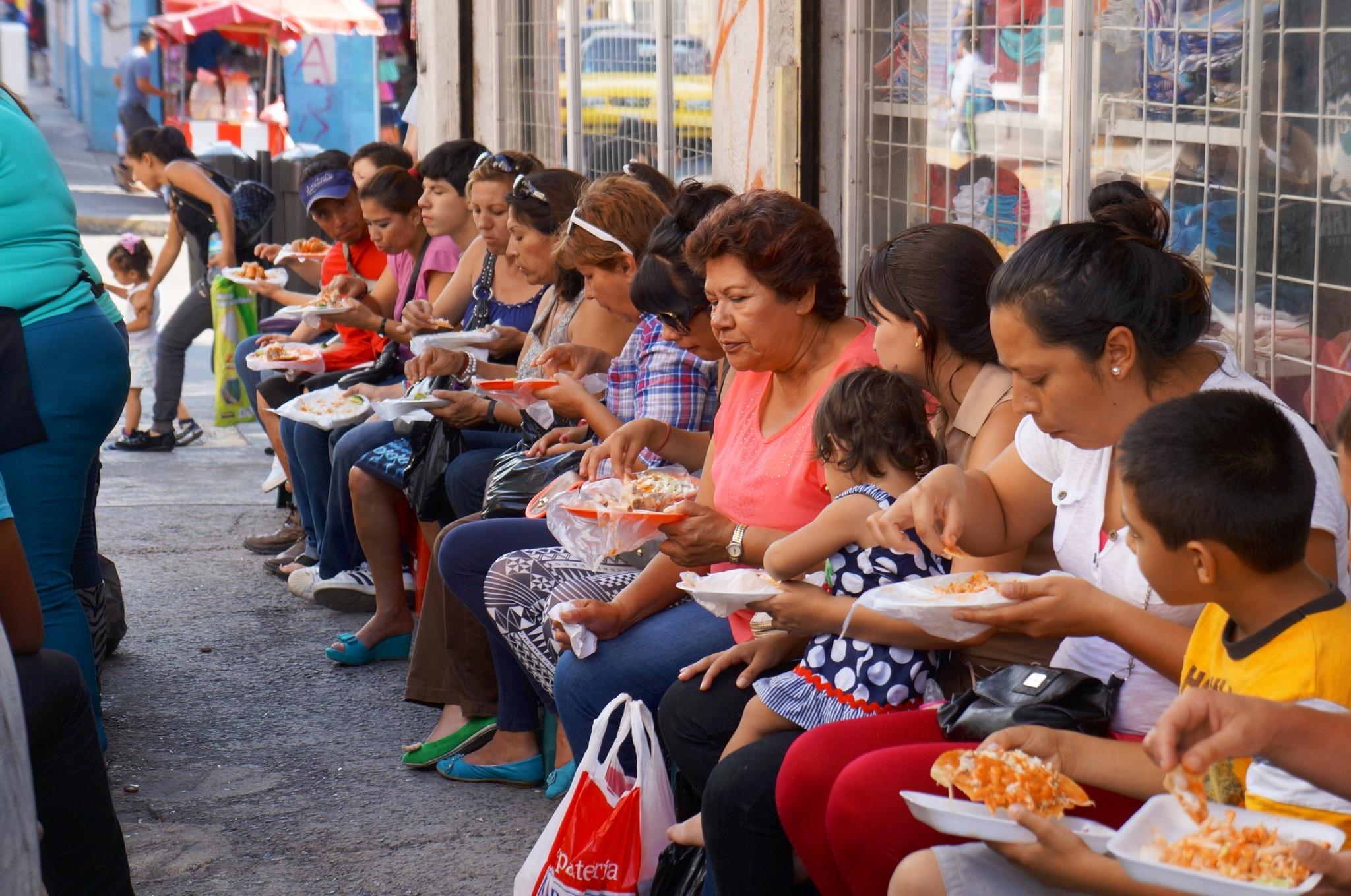 Mexicanos destinan casi 4 de cada 10 pesos para comer