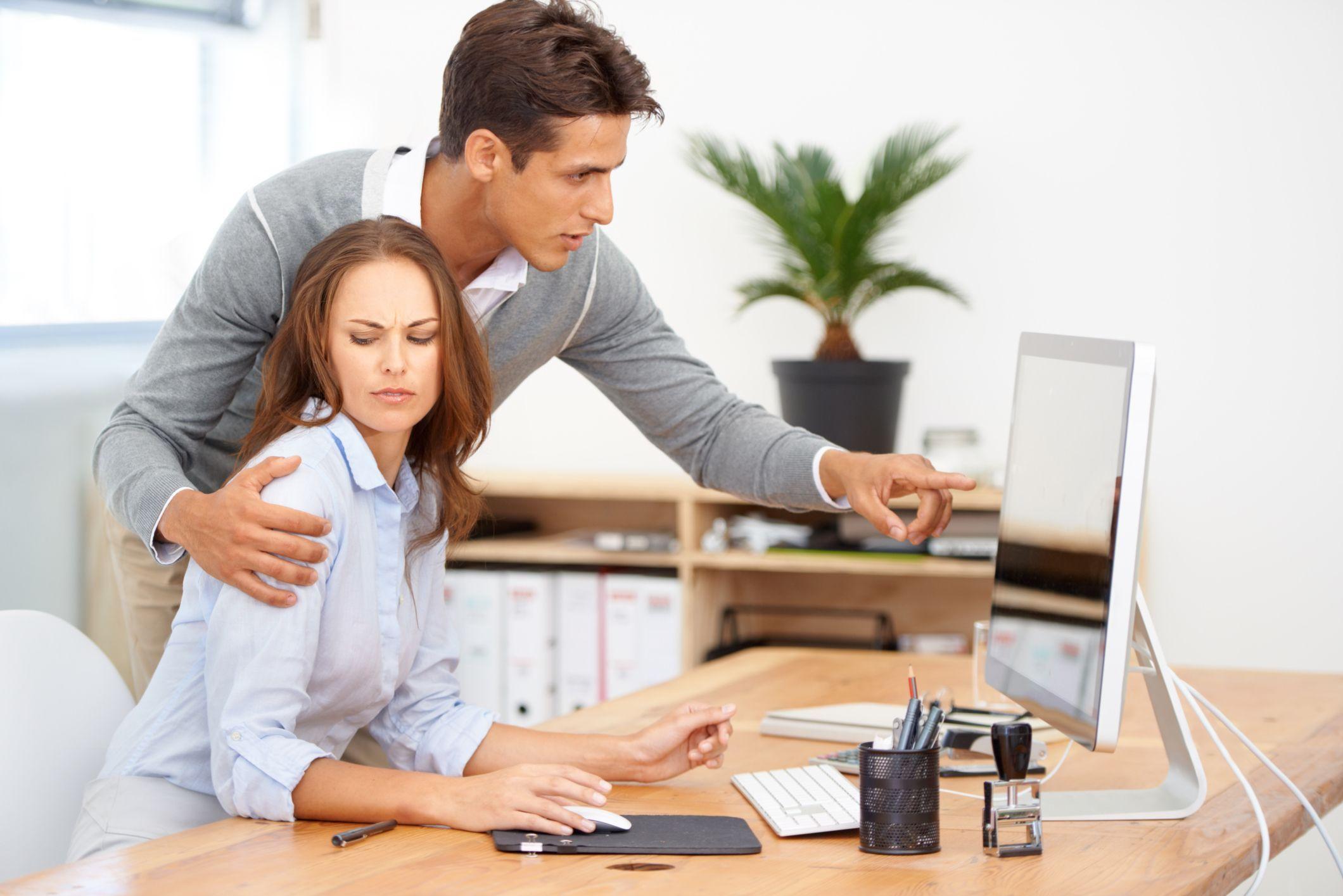 Miedo al despido o al aislamiento laboral, freno para denunciar acoso
