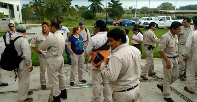Miles de despidos en Pemex ahondan crisis del petróleo en México