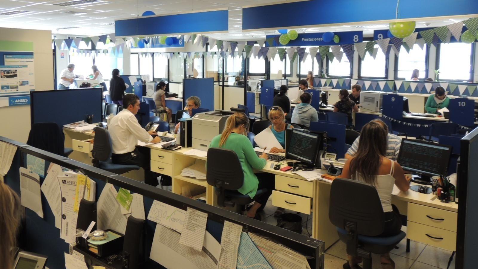 Molestan despidos en la burocracia