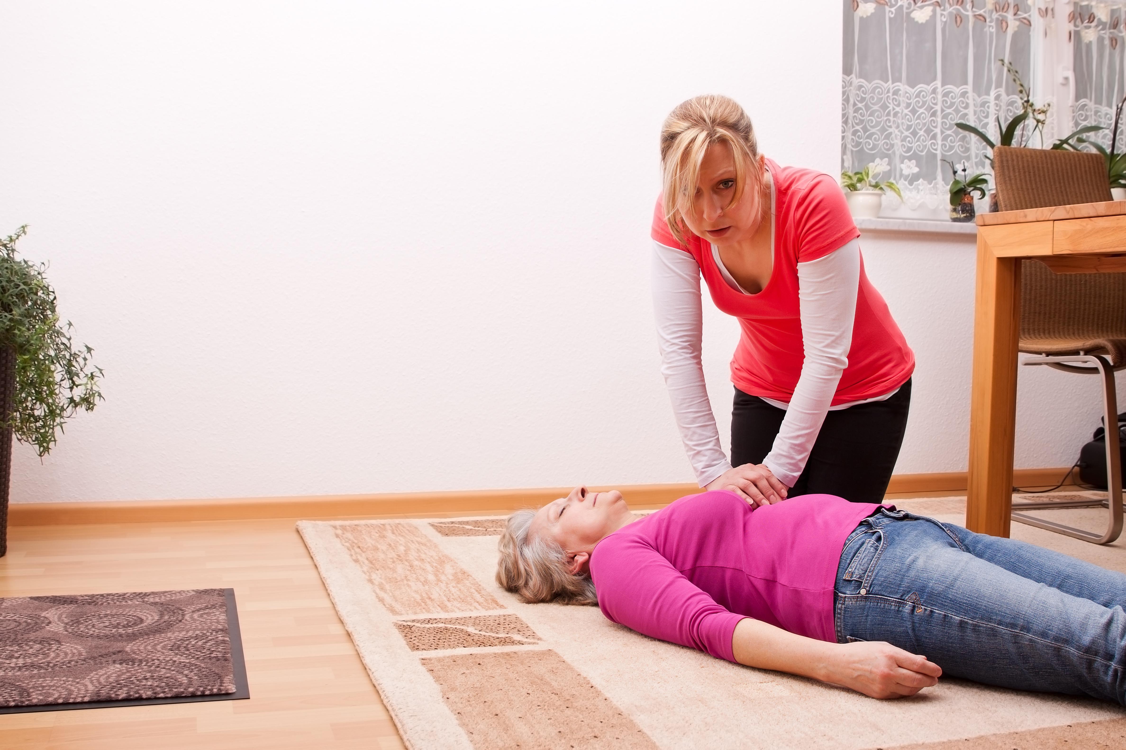 Mujeres reciben una peor atención tras un paro cardiaco