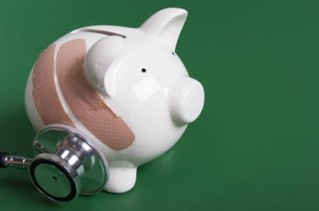 ¿Pago más deducible o prima para mi seguro de gastos médicos?