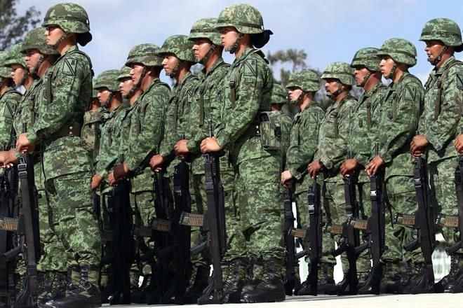 Pega coronavirus a mandos militares