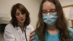 Pega influenza a población joven